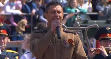 Павел Прилучный исполнил песню на параде Победы в Казани