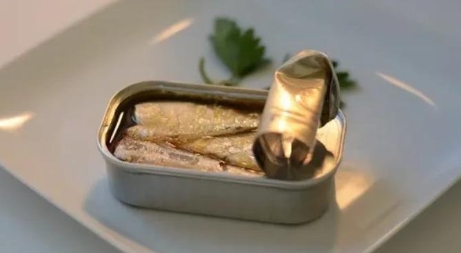 Консервы с сайрой воняют копченым маслом – пайки в Приморском районе