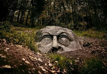 Загадочная скульптура в парке Сергиевка «Камень-голова»
