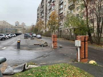 О безопасности теперь только мечтать: во Фрунзенском районе разгромили защитное ограждение
